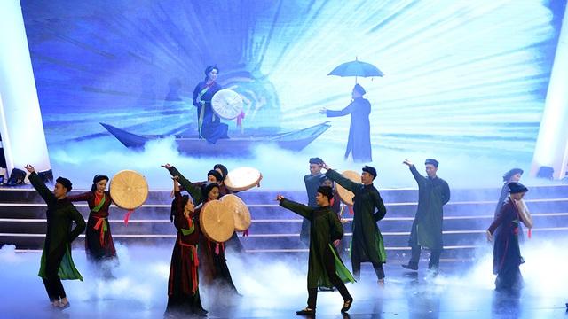 Xuân Hinh- Thanh Thanh Hiền hóa thân thành liền anh liền chị hát quan họ rất ngọt ngào.