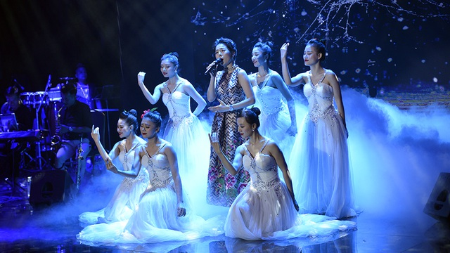 Hình ảnh Lệ Quyên hát đắm say trên sân khấu.