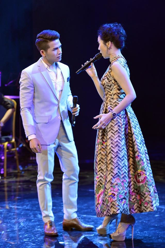 Cũng trong liveshow, Lệ Quyên giới thiệu Quốc Thiên, nam ca sĩ đang được chị nâng đỡ đến với dòng nhạc bolero