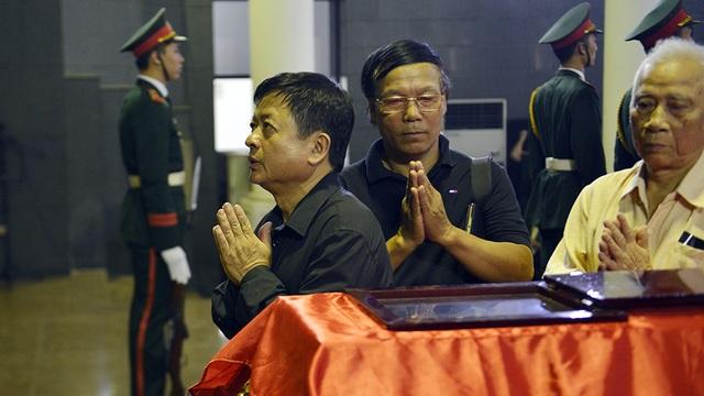 Nhạc sĩ Đỗ Hồng Quân và nhiều nhạc sĩ Hội nhạc sĩ Việt Nam đến nhìn mặt nhạc sĩ Nguyễn Đức Toàn lần cuối.