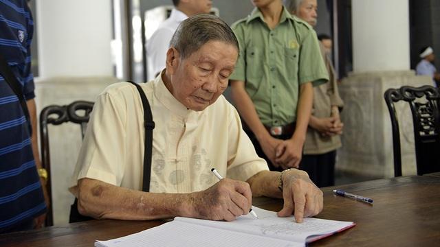 Nhạc sĩ Phạm Tuyên tuổi cao sức yếu vẫn cố gắng đến tiễn đưa người bạn đồng niên, nhạc sĩ Nguyễn Đức Toàn.