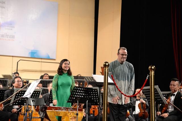 """Một trong những tác phẩm ấn tượng nhất trong chương trình hòa nhạc lễ khai mạc Festival Âm nhạc mới Á – Âu phải kể đến tác phẩm """"Cụ Rùa"""" do nhà soạn nhạc Singapore Robert Casteels sáng tác với niềm yêu mến Việt Nam và cây đàn bầu."""