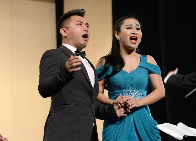 Các nghệ sĩ biểu diễn trong trích đoạn nhạc kịch Lá đỏ.