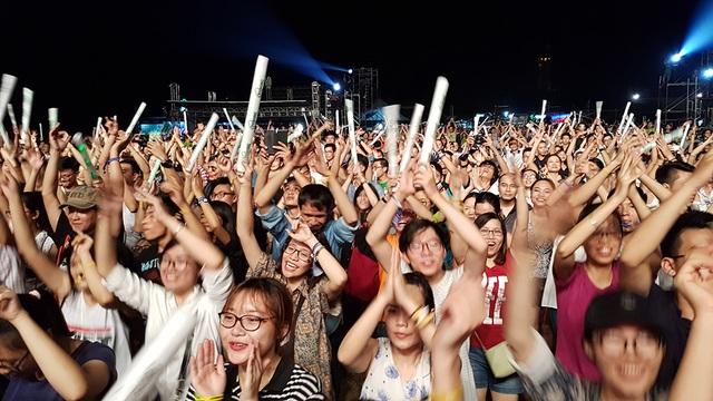 Khán giả cổ vũ cuồng nhiệt cho nghệ sĩ quốc tế.