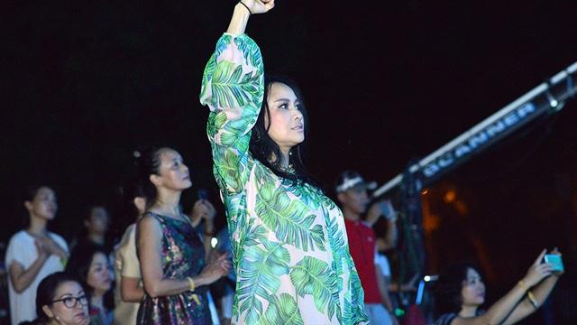 Thanh Lam cổ vũ cho các ban nhạc, đặc biệt màn trình diễn của Tùng Dương. Khi anh hát Oa oa, Diva cũng lắc lư, hú hét cuồng nhiệt không kém các bạn trẻ.