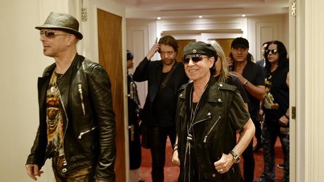 """Ra đời năm 1965 tại Hanover (Đức), Scorpions sau """"nửa thế kỷ"""" hoạt động và thành viên sáng lập Rudolf Schenker nay sắp vào tuổi 68 vẫn thể hiện phong độ trẻ trung, nhiệt huyết khi xuất hiện tại khách sạn ở Hà Nội."""