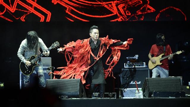 Tùng Dương thể hiện phong cách trình diễn độc lạ và giọng hát sống đầy nội lực.