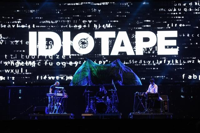 Ngoài phần trình diễn của Scorpions, phần mở màn của Idiotape (Hàn Quốc) cũng tạo màu sắc mới. Idiotape là nhóm nhạc Indie thành lập vào năm 2010, gồm 6 nhà hòa âm và một tay trống, chơi nhạc điện tử pha chất rock. Dựa vào 13 năm kinh nghiệm làm DJ chuyên nghiệp, trưởng nhóm DGURU, với tài năng và đẳng cấp của mình, cùng với nhà hòa âm/nhạc sĩ Zeze, và tay trống nổi tiếng DR, các màn biểu diễn của Idiotape đều rất thành công.
