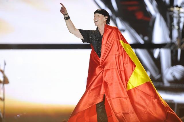Đặc biệt, trong một phần trình diễn, giọng ca chính Klaus Meine còn mang lên sân khấu lá quốc kỳ Việt Nam và quàng lên người trong sự cuồng nhiệt và vô cùng phấn khích của khán giả bên dưới.