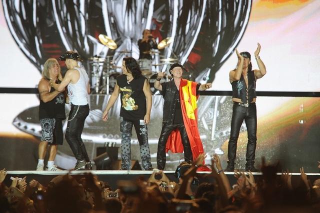 Không chỉ phong cách trình diễn đỉnh cao, sự nhiệt thành và cách bày tỏ tình cảm nồng nhiệt, đáng yêu khiến hình ảnh Scorpions càng trở nên hoàn hảo trong mắt người hâm mộ.