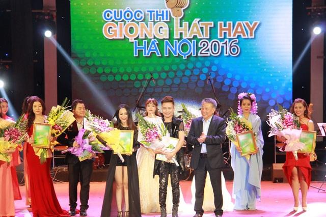 Ông Tô Văn Động, Giám đốc Sở Văn hóa, Thể thao Hà Nội trao giải nhì cho Đỗ Mỹ Linh (SBD 303) và Trần Ngọc Lâm (SBD 172).