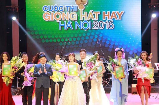 Phó Chủ tịch UBND TP Hà Nội, ông Ngô Văn Quý trao giải nhất cho thí sinh Nguyễn Thị Thu Thủy.