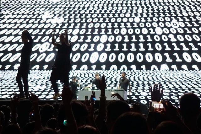 """SpaceSpeakers là nhóm nhạc Underground Hà thành nổi tiếng nhất hiện nay. Nhóm được thành lập bởi Hoàng Touliver, quy tụ nhiều rapper, singer và producer tài năng như Hoàng Touliver, Justatee, Lil' Knight, Kimmese, Andree, Rhymastic , Dương Đại Dương… Có thể nói, Lễ hội âm nhạc quốc tế Gió mùa 2016 đã khép lại với sự tham gia của 100 nghệ sỹ biểu diễn trong 3 đêm liên tiếp. Đây là năm đầu tiên trong kế hoạch 5 năm của Lễ hội âm nhạc này thực hiện chủ đề Văn hóa giao thông. Những khán giả """"chếnh choáng"""" vì âm nhạc và men bia đều có xe bus đưa đón của BTC…"""