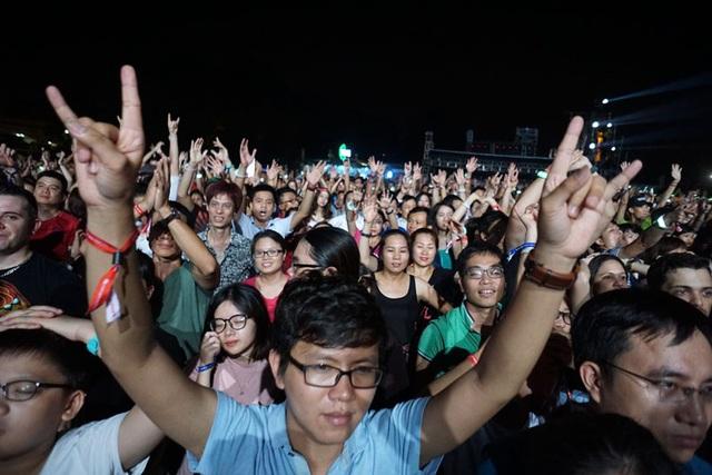 """Với gần hai giờ trình diễn của Scorpions, khán giả được """"bù đắp"""" xứng đáng khoảng 20 ca khúc tuyệt hay. Scorpions kết thúc bằng hai ca khúc thành công và kinh điển nhất Still loving you và Rock you like a hurricane. Có thể nói màn trình diễn của ban nhạc rock huyền thoại là bữa tiệc thịnh soạn nhất tại Lễ hội âm nhạc quốc tế Gió mùa lần này. Hàng nghìn khán giả cảm thấy thỏa mãn, và không ngừng cổ vũ, nhún nhẩy cổ vũ cho ban nhạc rock huyền thoại."""