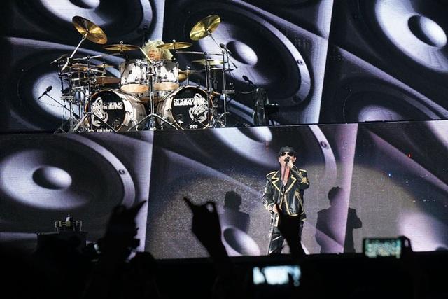 """Sau một thời gian dài chờ đợi, ban nhạc rock huyền thoại Scorpions đã xuất hiện trên sân khấu của Lễ hội âm nhạc quốc tế Gió mùa tối qua, ngày 23/10 tại Hoàng Thành Thăng Long, Hà Nội. Khoảng 21h, toàn bộ khán giả như vỡ òa trong tiếng reo hò khi cả 5 thành viên Scorpions bắt đầu bước lên sân khấu! Mọi khoảng trống đều đã được lấp đầy. Những tiếng hô vang """"Scorpions, Scorpions"""" đã bắt đầu vang lên..."""