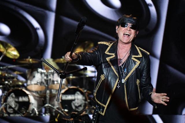"""Không để người hâm mộ phải chờ đợi lâu, Scorpions đã bắt đầu phần trình diễn của mình bằng một loạt những ca khúc đình đám nhất """"Going out with a bang"""", """"Make it real"""", """"The Zoo"""", """"Holiday"""", """"We Build This House""""… Giọng hát chính của ban nhạc rock Scorpions, Klaus Meine 68 tuổi vẫn thể hiện phong độ của mình cùng với các đồng đội trong ban nhạc sau 51 năm kể từ khi thành lập."""
