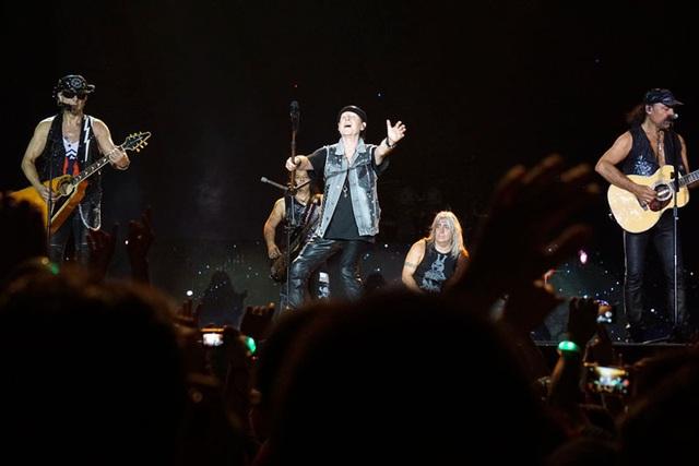 Ở cái tuổi không còn trẻ nhưng khả năng trình diễn live của Scorpions khiến khán giả vô cùng bất ngờ và thích thú. Trên sân khấu, xen giữa những ca khúc và các phần hoà tấu, Meine liên tục nói: Tôi yêu các bạn, Hà Nội - Việt Nam!