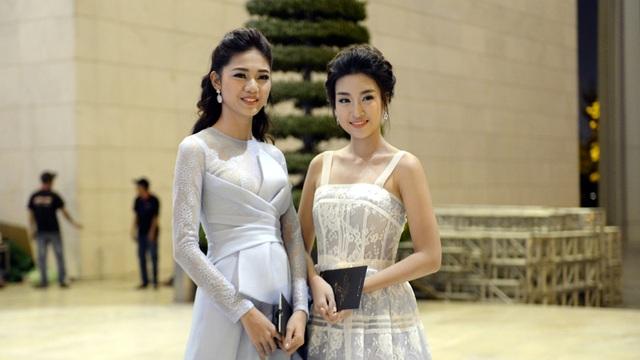 Hoa hậu Đỗ Mỹ Linh và Á hậu Thanh Tú khoe vẻ đẹp thanh tân, dịu dàng đáng ngưỡng mộ.
