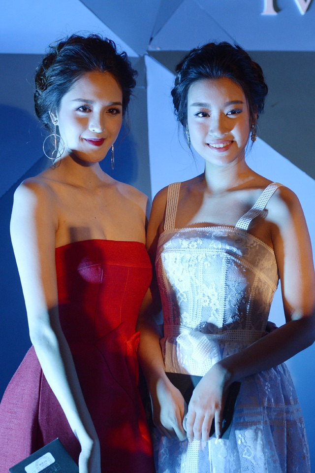 Hoa hậu Đỗ Mỹ Linh và Á hậu Hoàng Anh với kiểu tóc giống nhau.
