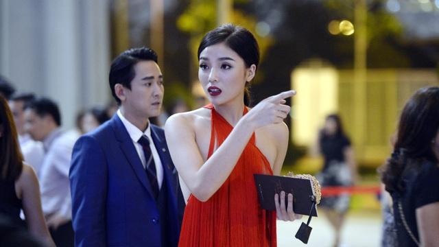 Chiếc đầm của Hoa hậu Kỳ Duyên không vấn đề gì nếu người đẹp đứng tạo dáng một chỗ...