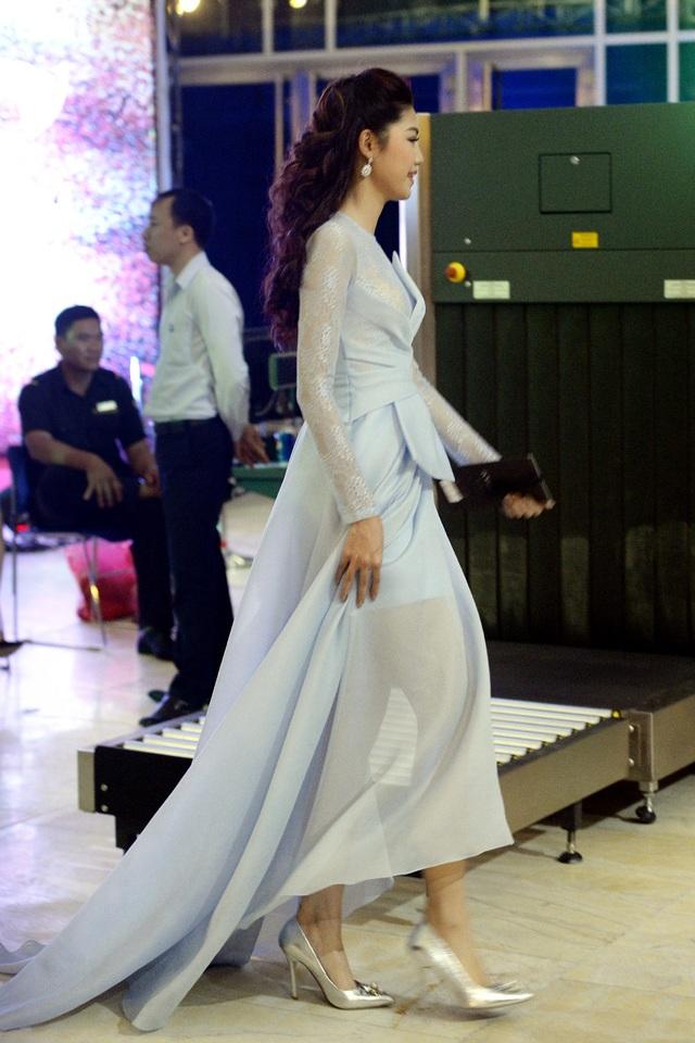 Á hậu Thanh Tú với chiều cao nổi bật, trong chiếc đầm thướt tha màu xanh nhạt, Thanh Tú khoe vẻ đẹp thanh tân, tinh khiết.