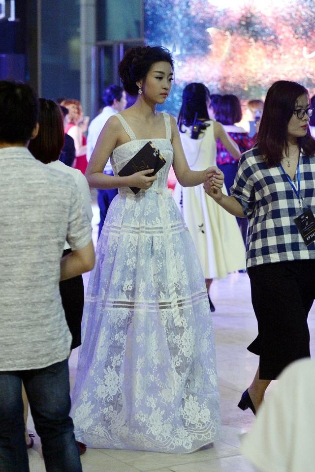 Tham dự sự kiện của một thương hiệu thời trang nổi tiếng tối ngày 29/10 tại Hà Nội, Hoa hậu Đỗ Mỹ Linh diện đầm voan trắng rất nữ tính. Tân Hoa hậu vấn tóc, trang điểm với tạo hình của một nàng công chúa dịu dàng.