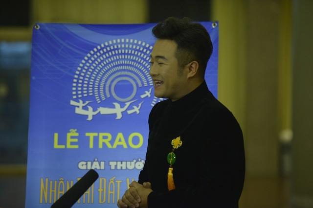 Ca sĩ Minh Quân chia sẻ trong đêm trao giải Nhân tài đất Việt.(Ảnh: Mạnh Thắng)