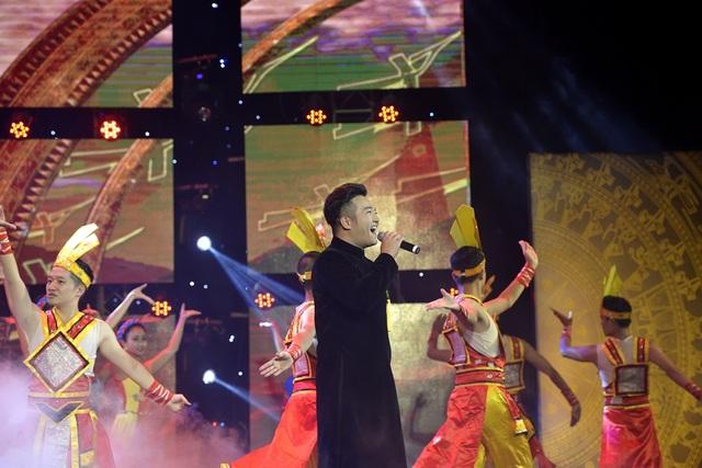 Ca sĩ Minh Quân thể hiện Hào khí Việt Nam với phần dàn dựng hoành tráng. (Ảnh: Mạnh Thắng)