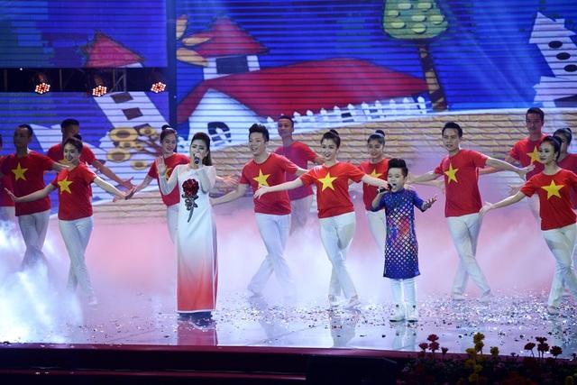 Dương Hoàng Yến và Nhật Minh thể hiện bài hát Việt Nam ơi.(Ảnh: Mạnh Thắng)