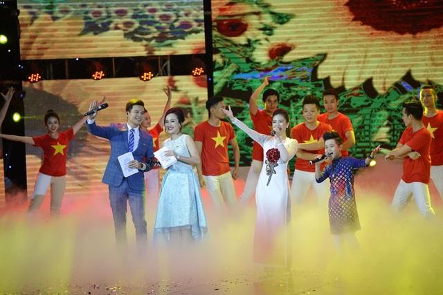 MC Danh Tùng và BTV Hoài Anh dẫn chương trình Lễ trao giải Nhân tài đất Việt. (Ảnh: Mạnh Thắng)