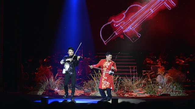 """Màn kết hợp giữa Hoàng Rob và nghệ sĩ Trần Văn Xâm có thể coi là câu chuyện """"đối thoại"""" và kết hợp giữa âm nhạc phương Tây (violin) và phương Đông (đàn nhị), mang lại sự mới mẻ và đầy hào hứng cho khán giả. Phần trình diễn này cũng thể hiện rõ ràng sự thể nghiệm và sáng tạo đầy mới mẻ của Hoàng Rob với tiếng đàn Violin."""