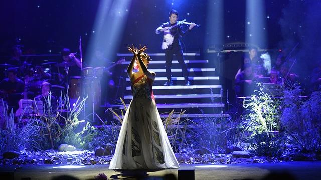 """NSƯT Linh Nga là một khách mời đặc biệt của đêm concert Hoàng Rob bởi cô không mang tiếng hát lên sân khấu mà thay vào đó là những điệu múa đã trở thành thương hiệu trong ca khúc """"Tiếng đêm."""" Đây là một phần trình diễn điểm nhấn của đêm diễn khi tiếng đàn của Hoàng Rob hòa quyện với những vũ điệu của """"chim công làng múa""""."""