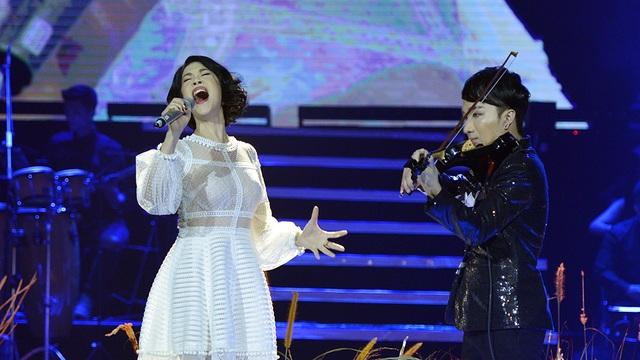 Phần trình diễn của Thu Phương và Hoàng Rob được cổ vũ nhiệt tình từ khán giả.