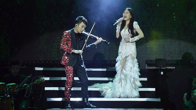 """Có thể nói, tính đến thời điểm này, Kiều Anh là giọng ca nữ gắn bó với Hoàng Rob lâu nhất và cô cũng thể hiện sự """"hợp dơ"""" với tiếng đàn của nghệ sĩ violin sinh năm 1991."""