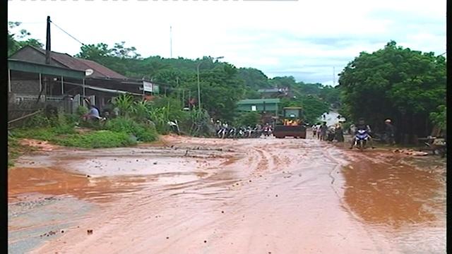 Quốc lộ 7A ngập trong bùn.