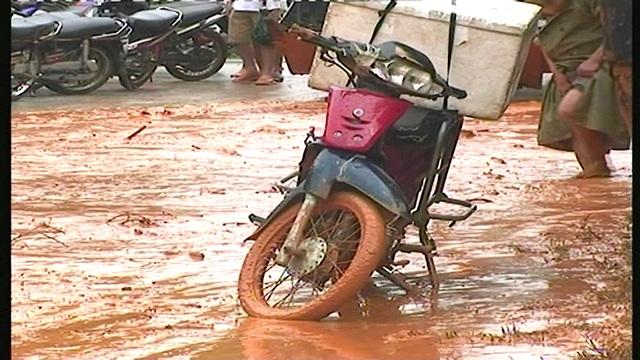 Mưa lớn gây ngập lụt, sạt lở trên quốc lộ - 7