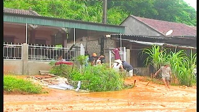 Mưa lớn gây ngập lụt, sạt lở trên quốc lộ - 8