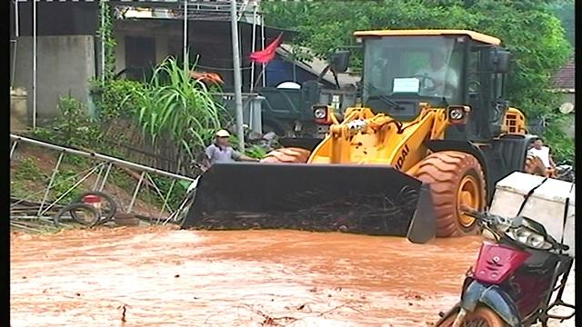 Mưa lớn gây ngập lụt, sạt lở trên quốc lộ - 4