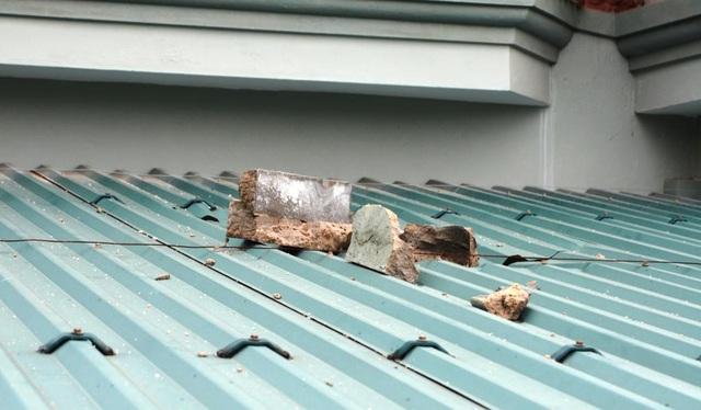 Gạch vôi vữa rơi xuống mái tôn.