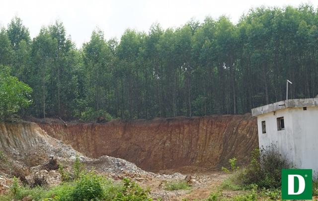 Khai thác đất sau hồi nhà dân.