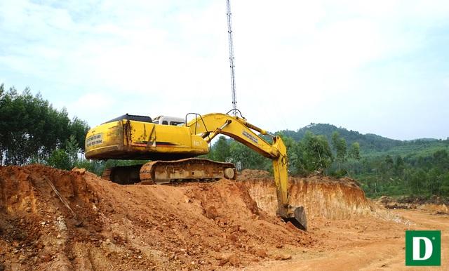 Máy múc đào đất sát cạnh cột PTS.