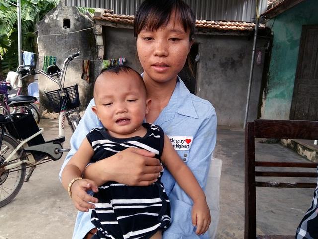 Cháu Bảo Quốc dù đã trải qua mấy lần phẫu thuật, nhưng giờ ngày càng nặng hơn do gia đình vợ chồng trẻ Đạt Loan không có tiền.