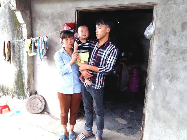 Vì chưa có điều kiện ra riêng nên anh Đạt cùng vợ con đang tá túc trong căn nhà cũ ọp ẹp của ông bà nội.
