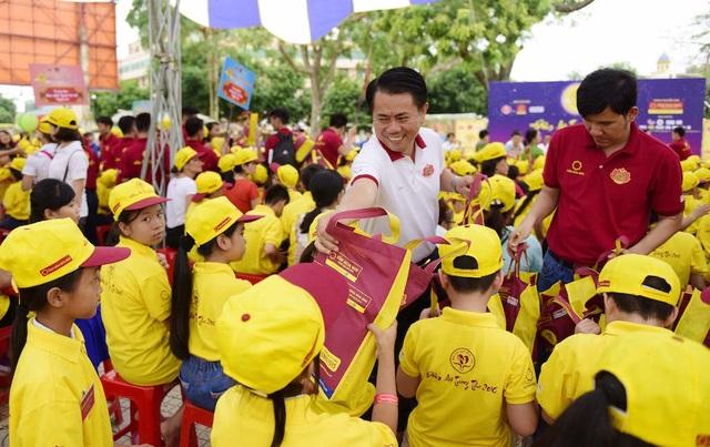 Cùng ông Vũ Văn Thanh - Phó Tổng Giám đốc Tập đoàn Hoa Sen trao cho các em những phần quà đầy ý nghĩa.