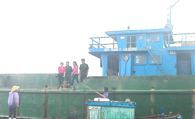 Lực lượng BĐBP Quỳnh Phương có mặt trên tàu xả chất thải ra môi trường biển.