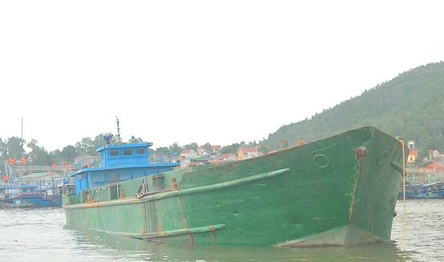 Chiếc tàu được lực lượng Đồn BP Quỳnh Phương đưa về cảng tạm giữ và điều tra nguyên nhân.