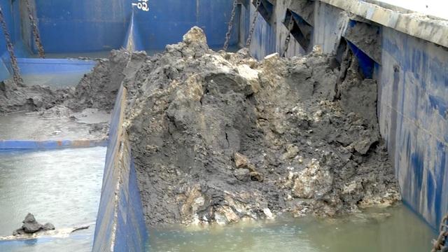 Bắt giữ tàu xả chất thải nghi từ cảng gang thép Nghi Sơn xuống biển - 4