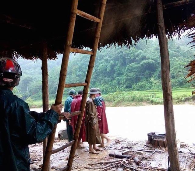 Hiện nhiều nhà dân dựng gần khe suối đã và đang được lãnh đạo xã Yên Tĩnh và một số xã lân cận yêu cầu di dời đến nơi an toàn.