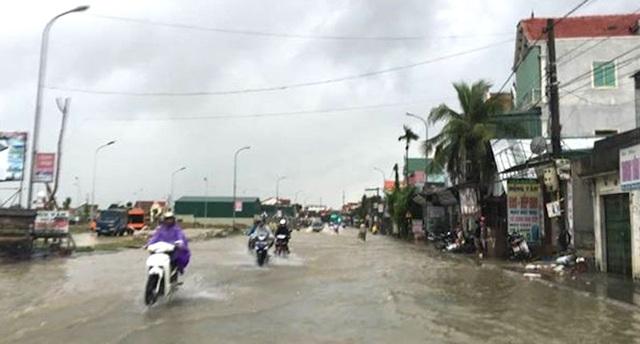 Mưa lớn làm ngập quốc lộ 7 qua huyện Anh Sơn.