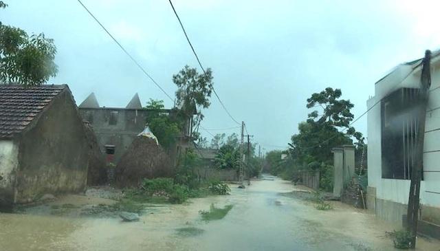 Nhiều nhà dân ở huyện miền núi Con Cuông bị mưa gây ngập.